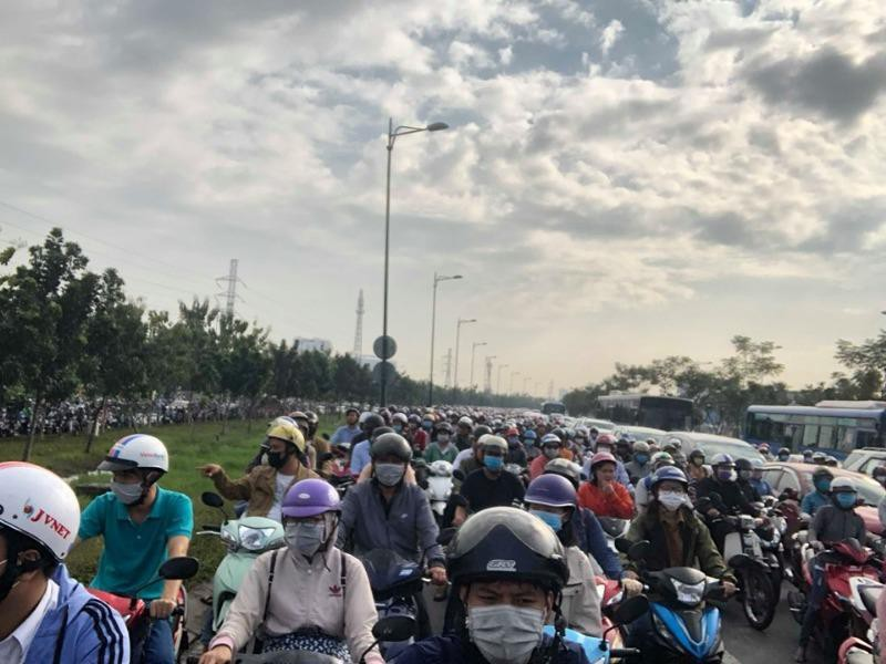 Đường Phạm Văn Đồng kẹt xe nghiêm trọng - ảnh 1