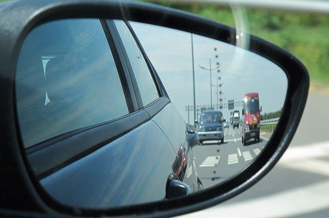 Miếng dán chống nước trên gương ô tô có thật sự hiệu quả? - ảnh 2