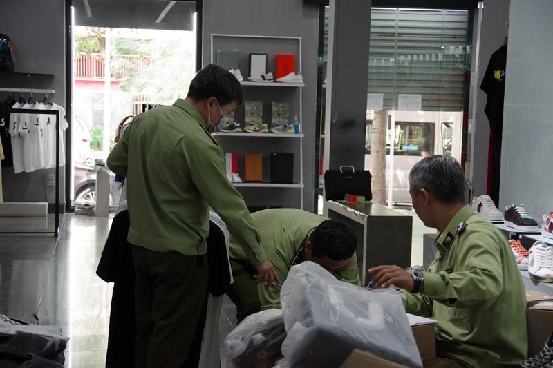 Lô hàng hiệu nghi giả mạo tại khu đô thị 'nhà giàu' Hà Nội - ảnh 1