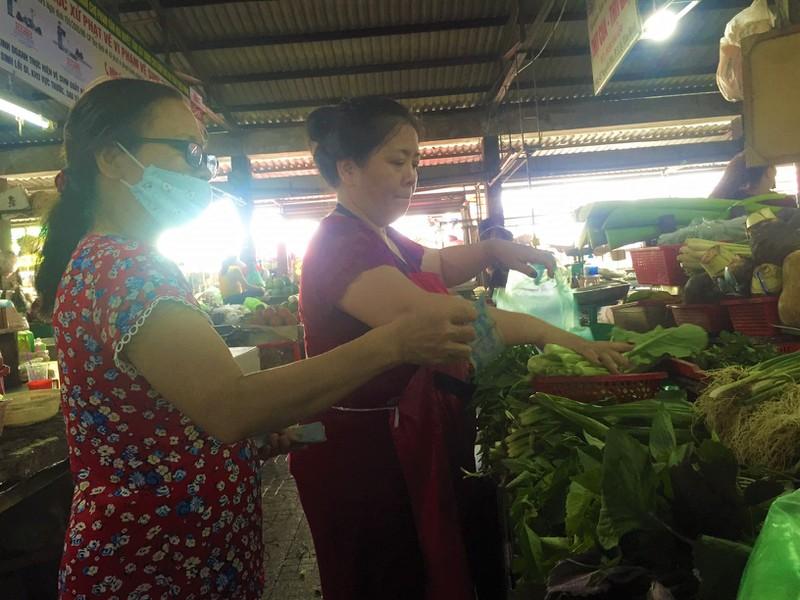 Lễ 2-9: Người dân tấp nập đi chợ mua cua, ghẹ, tôm - ảnh 4