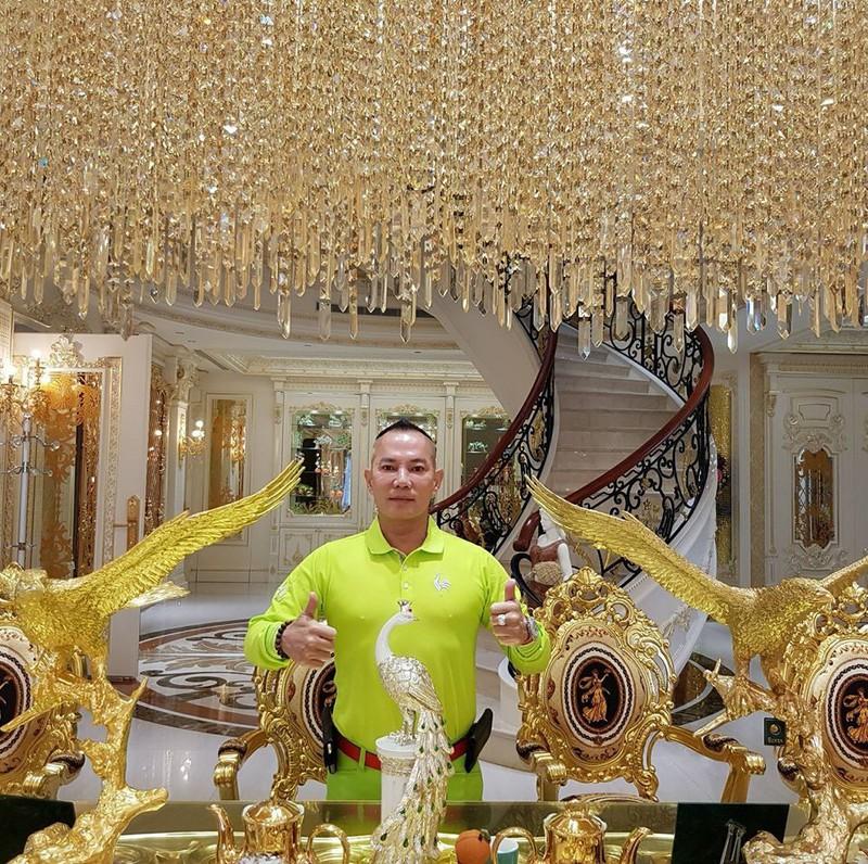 Vua cần cẩu khoe nhà dát vàng, sống chung với 4 bà vợ - ảnh 4