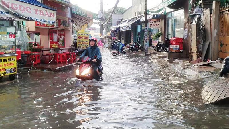 Nhiều hẻm nhỏ ở TP.HCM thành sông sau cơn mưa lớn - ảnh 1