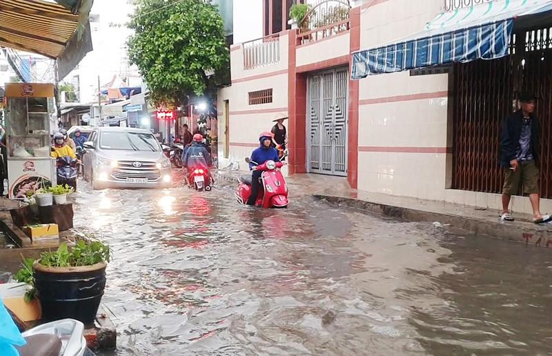 Nhiều hẻm nhỏ ở TP.HCM thành sông sau cơn mưa lớn - ảnh 2