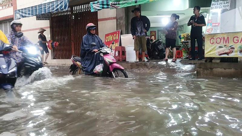 Nhiều hẻm nhỏ ở TP.HCM thành sông sau cơn mưa lớn - ảnh 6