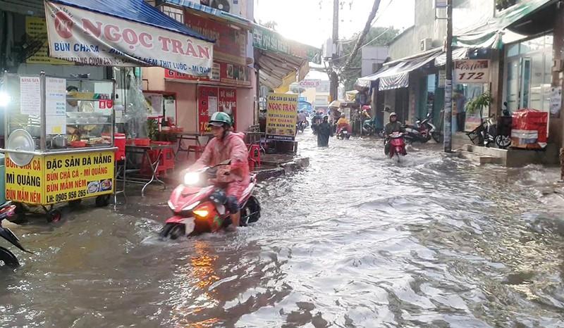 Nhiều hẻm nhỏ ở TP.HCM thành sông sau cơn mưa lớn - ảnh 3