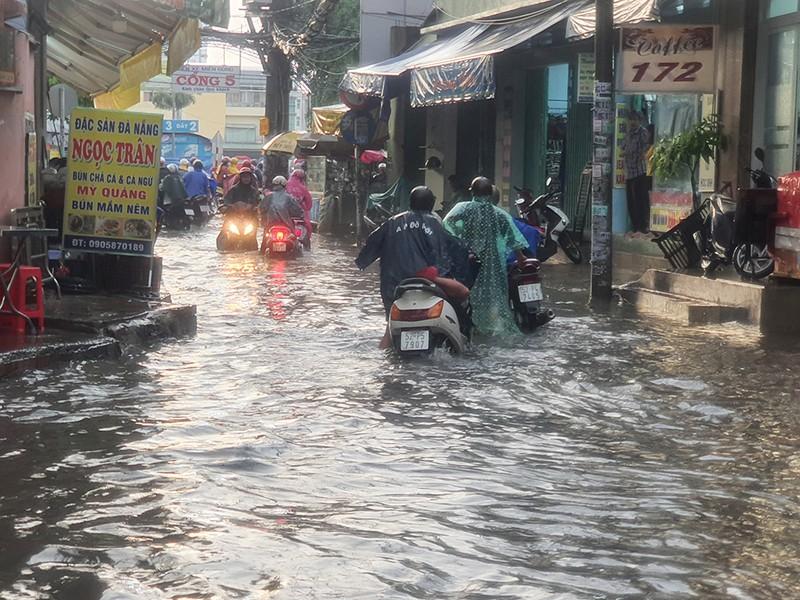 Nhiều hẻm nhỏ ở TP.HCM thành sông sau cơn mưa lớn - ảnh 5
