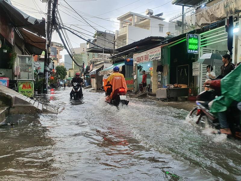 Nhiều hẻm nhỏ ở TP.HCM thành sông sau cơn mưa lớn - ảnh 7