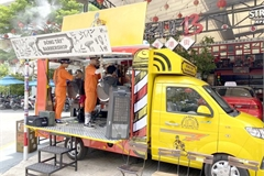Barbershops in pickup trucks give free haircuts to poor residents in HCMC