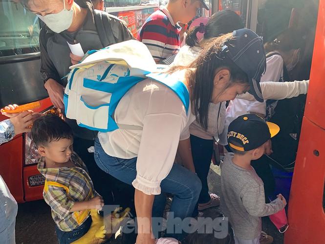 Mùng 1 Tết, bến xe miền Tây đông kín người đổ về quê - ảnh 13