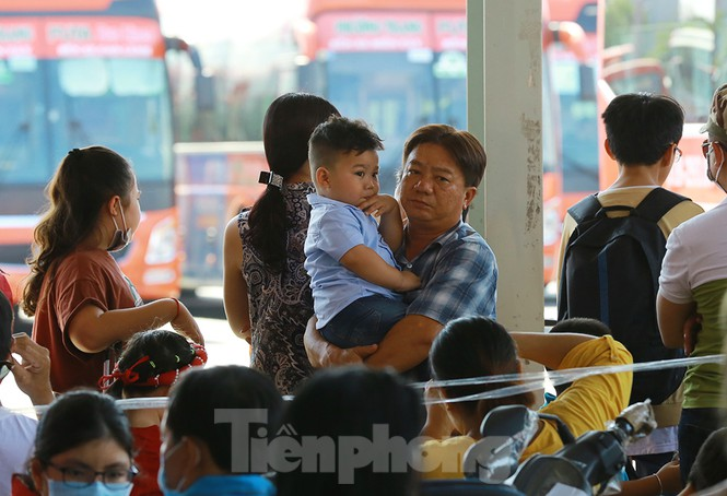 Mùng 1 Tết, bến xe miền Tây đông kín người đổ về quê - ảnh 8