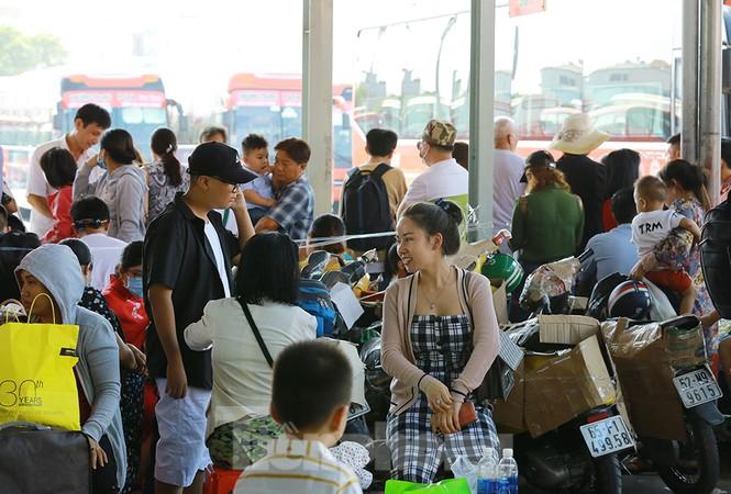 Mùng 1 Tết, bến xe miền Tây đông kín người đổ về quê - ảnh 9