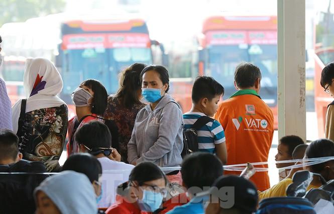 Mùng 1 Tết, bến xe miền Tây đông kín người đổ về quê - ảnh 10