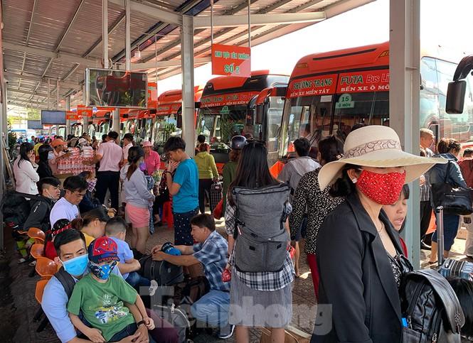 Mùng 1 Tết, bến xe miền Tây đông kín người đổ về quê - ảnh 6