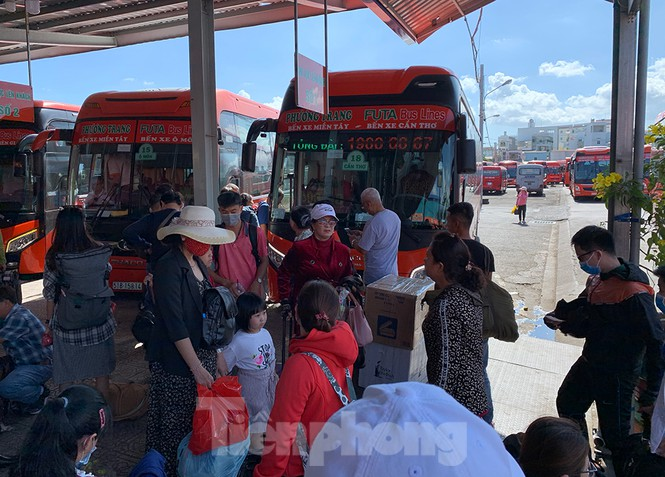 Mùng 1 Tết, bến xe miền Tây đông kín người đổ về quê - ảnh 4