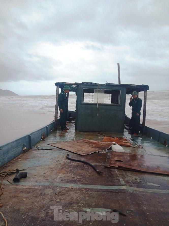 TT-Huế: Lại phát hiện thuyền không người dạt vào vùng biển Lăng Cô - ảnh 1