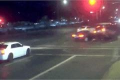 Ô tô tông xe vượt đèn đỏ cứu người đi bộ