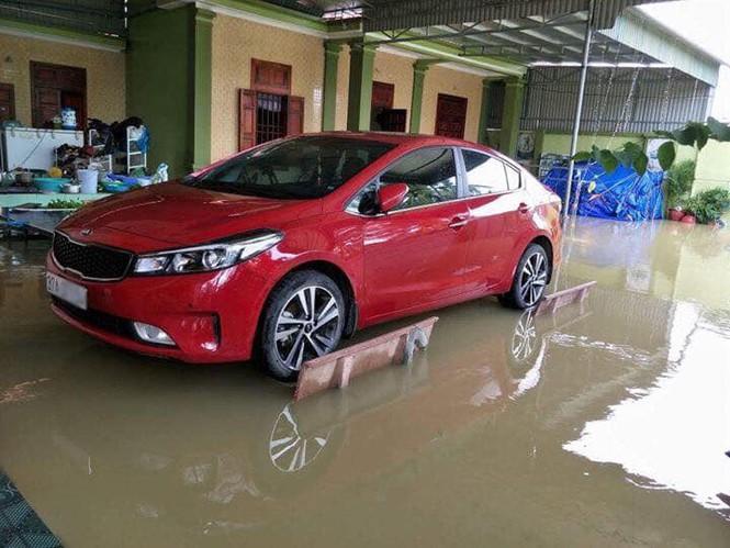 Chủ xe ở Nghệ An chống ngập cho ôtô nhờ ghế đá và gạch - ảnh 1