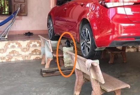 Chủ xe ở Nghệ An chống ngập cho ôtô nhờ ghế đá và gạch - ảnh 3