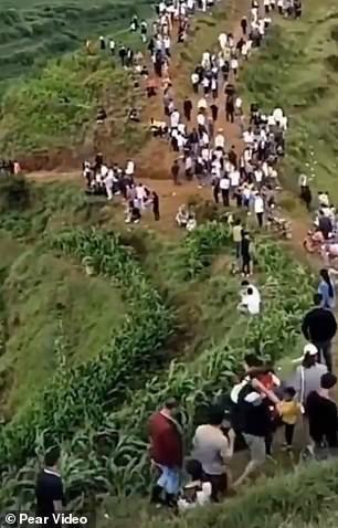 Đổ xô lên núi vì 'tiếng rồng khóc', ngàn người té ngửa khi thấy một con chim - ảnh 1