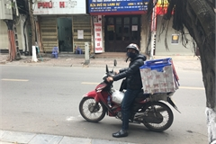 Delivery drivers take their chances outdoors to cash in