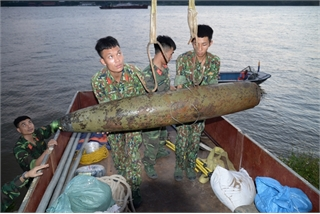 Unexploded bomb from American War pulled from Hanoi's Red River