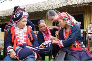 Red Dao group preserve weaving skills