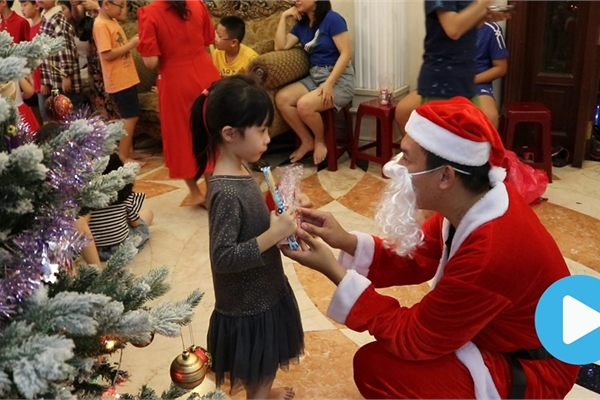Students play Santas, spread Christmas joy in HCM City
