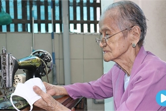 Elderly woman shows heartwarmingact of kindness