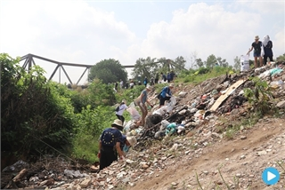 Volunteers clean up garbage in Hanoi