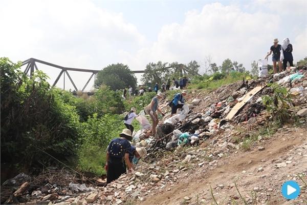 Volunteers clean up garbage in Hanoi