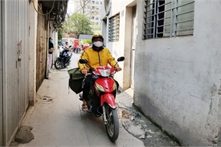 Vietnamese postal workers remain devoted during COVID-19 pandemic