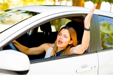 """Làm gì khi ô tô """"bỗng nhiên"""" gặp sự cố"""
