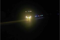 Tài xế sử dụng đèn pha vô tội vạ, các hãng xe ứng phó