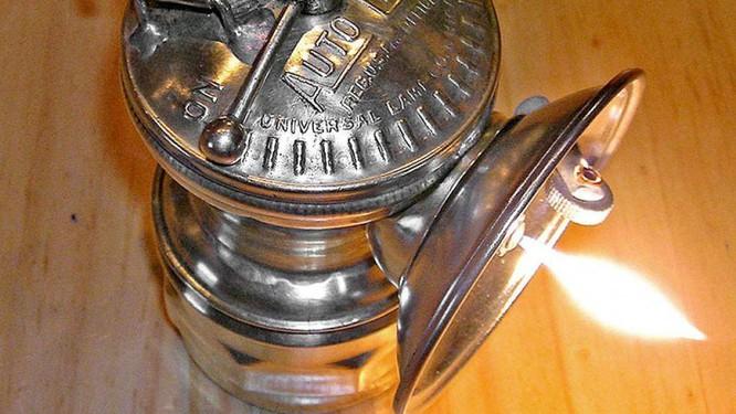 Lịch sử trăm năm của những chiếc đèn pha ô tô - ảnh 2