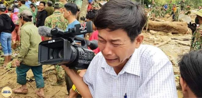 Thắt lòng bức ảnh phóng viên khóc nghẹn khi thi thể em bé Trà Leng được tìm thấy - 1