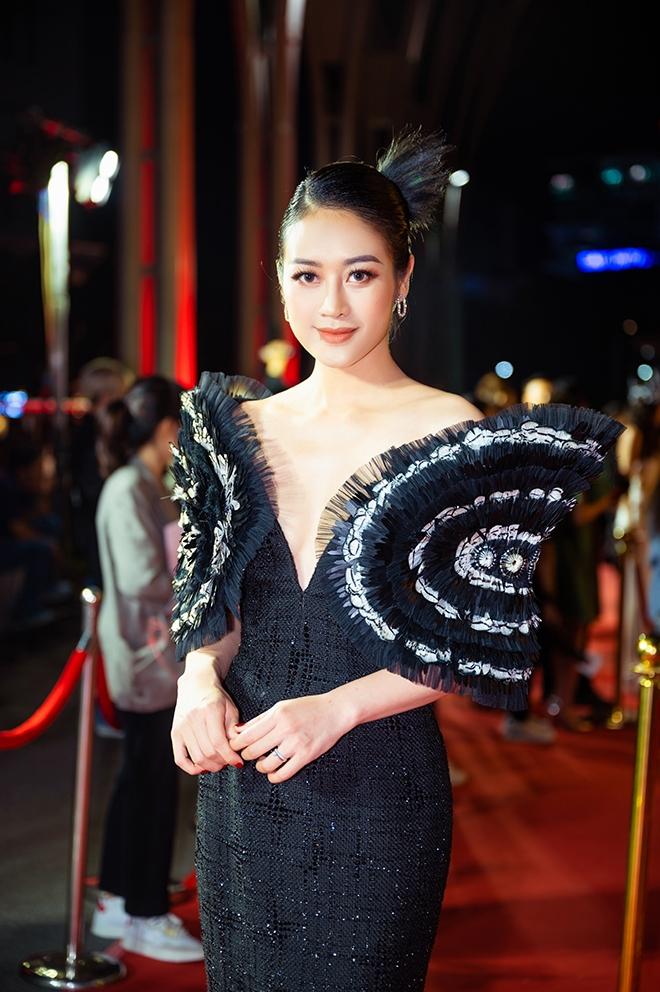 MC Phí Linh: Giao thừa, thương bố mẹ đón Tết xa con - 1