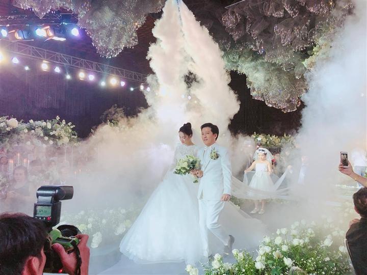 6 đám cưới xa xỉ bậc nhất Vbiz: Sắm cả màn hình lớn để cổ vũ tuyển Việt Nam - 6