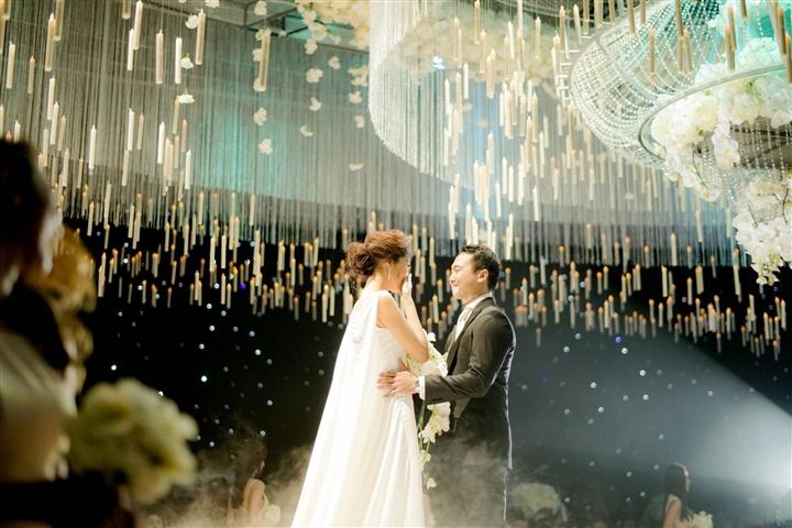 6 đám cưới xa xỉ bậc nhất Vbiz: Sắm cả màn hình lớn để cổ vũ tuyển Việt Nam - 9