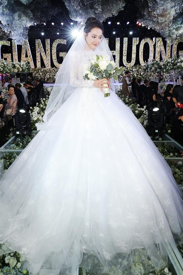 6 đám cưới xa xỉ bậc nhất Vbiz: Sắm cả màn hình lớn để cổ vũ tuyển Việt Nam - 7