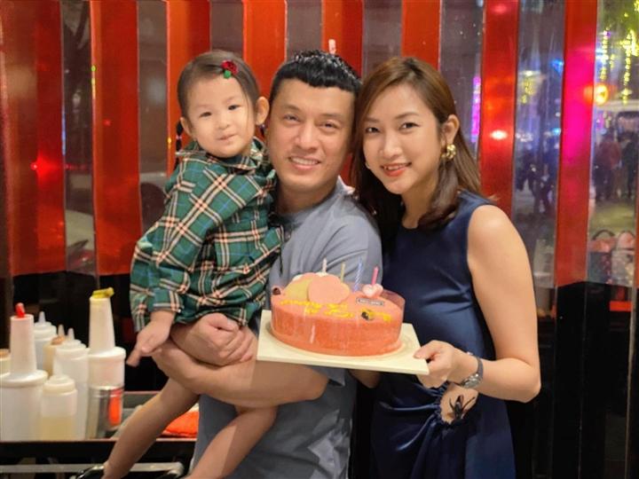 Những cuộc hôn nhân 'đũa lệch' của Vbiz: Cách 44 tuổi vẫn hạnh phúc như thường - 2