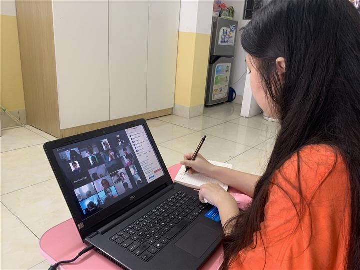 Phụ huynh nháo nhào mua cho con học online, thị trường máy tính lên cơn sốt - 1