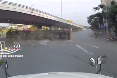Hậu quả tài xế container vào cua tốc độ cao