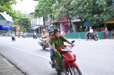 Cảnh sát Hà Giang hú còi 'hộ tống' thí sinh ngủ muộn đến điểm thi