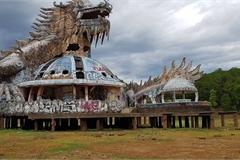 Con rồng kinh dị trong công viên nước bỏ hoang ở Huế 'mắc cạn'