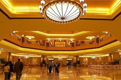 Vàng đắt ngất ngưởng, khách sạn này vẫn chơi sang dát khắp trần