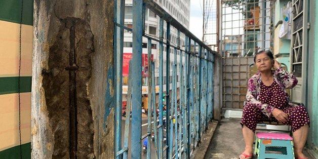 TP.HCM: Chung cư 440 Trần Hưng Đạo nứt toác, sắp sập nhưng người dân vẫn thản nhiên sinh sống