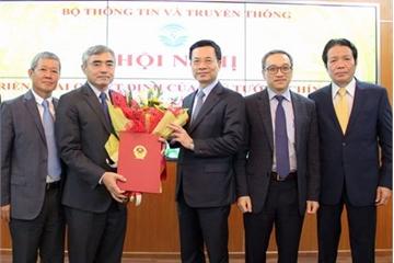 Bộ trưởng Bộ TT&TT Nguyễn Mạnh Hùng trao Quyết định công tác cán bộ cho Thứ trưởng Nguyễn Minh Hồng