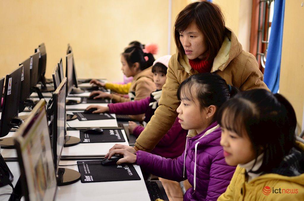 70% trẻ em từng tiếp xúc với người lạ trên mạng | 12.000 trẻ em 3 tỉnh miền núi phía Bắc sẽ biết sử dụng mạng Internet an toàn | 53% trẻ em nữ tham gia khảo sát từng gặp bạn trực tuyến ở ngoài đời thực