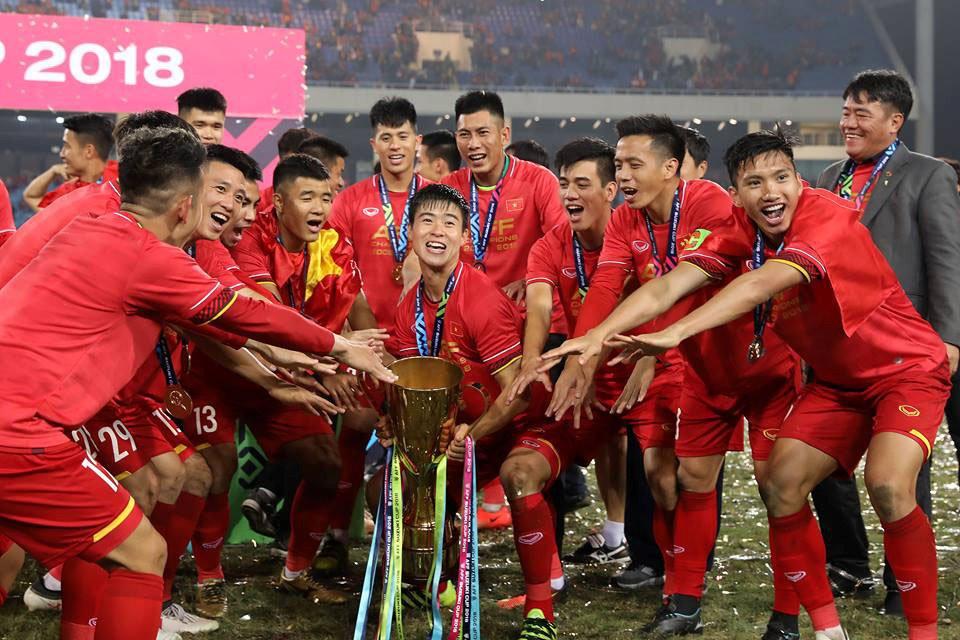 VinaPhone trao tặng 2 tỷ đồng tiền mặt cho Đội tuyển quốc gia Việt Nam   VinaPhone đã trao 2 tỷ đồng thưởng tuyển Việt Nam ghi bàn 2 trận chung kết AFF Cup 2018