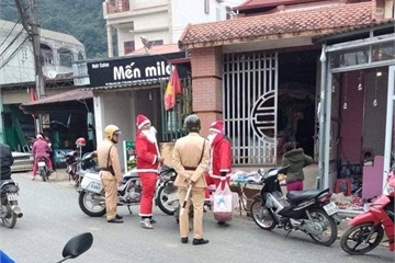 Loạt ảnh Giáng sinh hài hước: Ông già Noel gặp rắc rối trên đường phát quà
